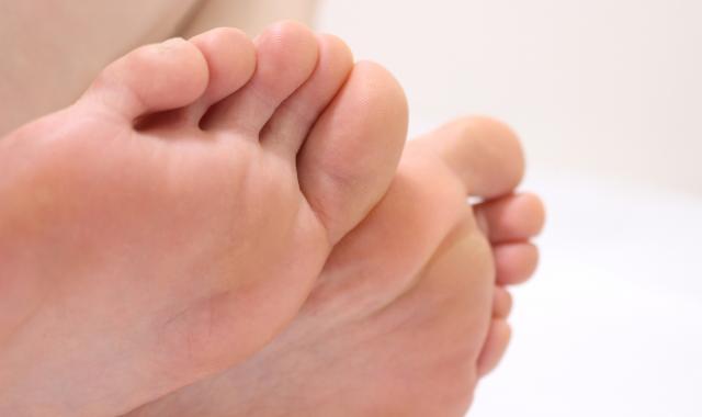 人間の足は「左右非対称」